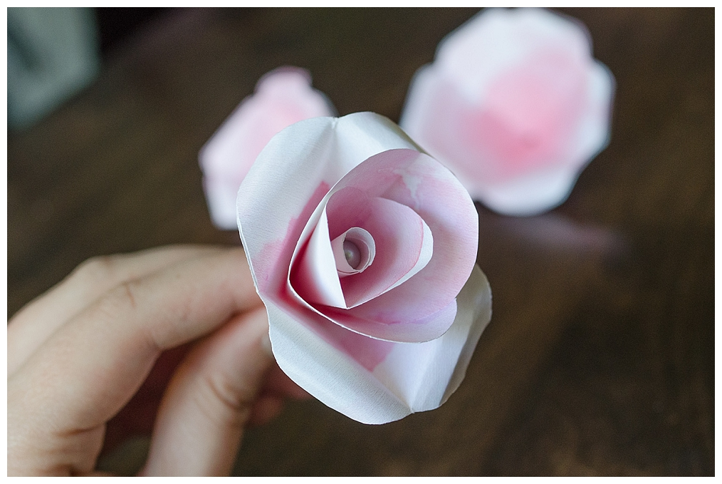 paper roses tutorial Folded paper flowers – with tutorial hi everyone i made these flowers this afternoon it's actually surprising how quick they are to make – to give you an.